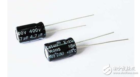 超级电容器也属于双电层电容器,它是世界上已投入量产的双电层电容器中容量最大的一种,其基本原理和其它种类的双电层电容器一样,都是利用活性炭多孔电极和电解质组成的双电层结构获得超大的容量。传统物理电容中储存的电能来源于电荷在两块极板上的分离,两块极板之间为真空(相对介电常数为1)或一层介电物质(相对介电常数为ε)所隔离
